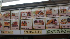旬の魚や野菜を使った惣菜も人気!
