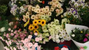 フラワーアレンジメントや花束も受けており、気軽に相談してみて